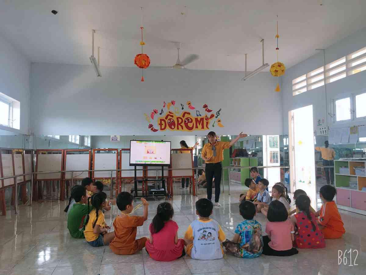 Cô và trẻ tham gia hoạt động