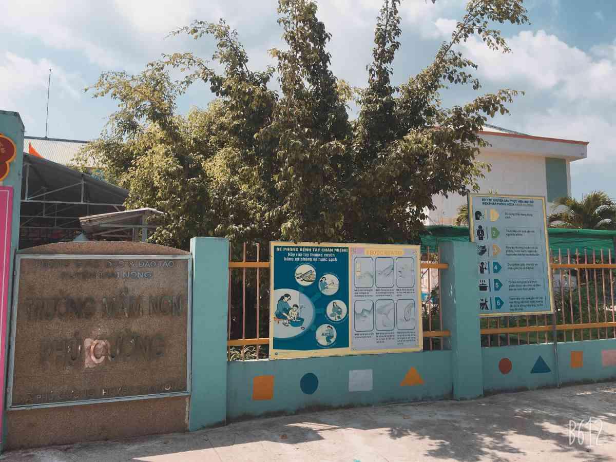 8. Tuyên truyền dịch Covid-19 trước cổng trường