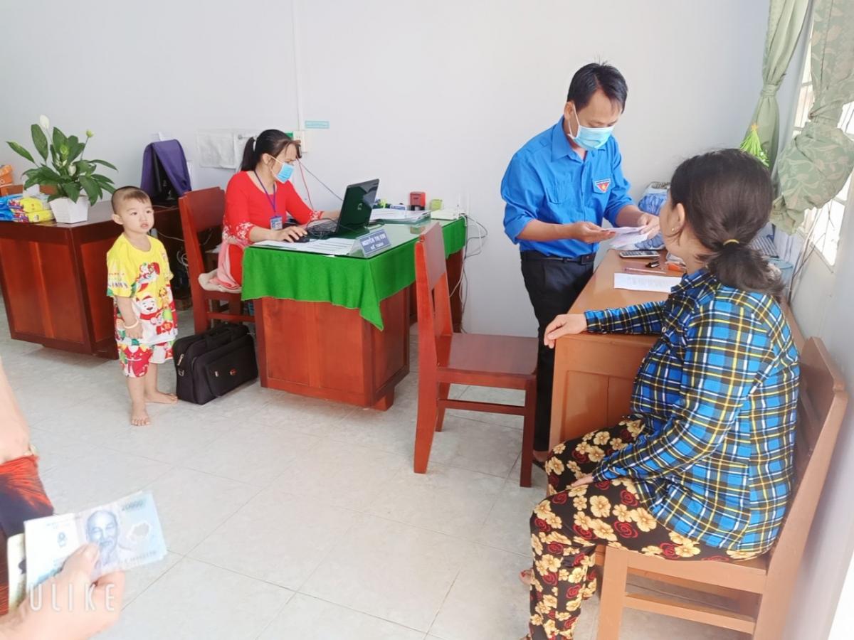 4. Hình ảnh nhân viên làm việc trong trang phục áo dài